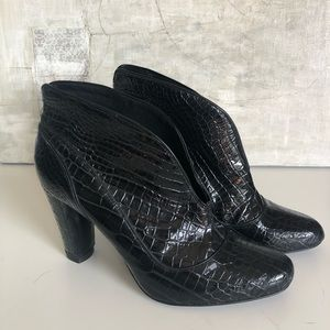 [PourLaVictorie] Embossed Alligator Patent  Boots